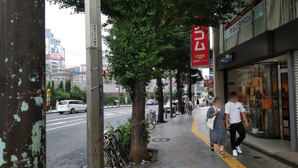 新宿東口線路沿い