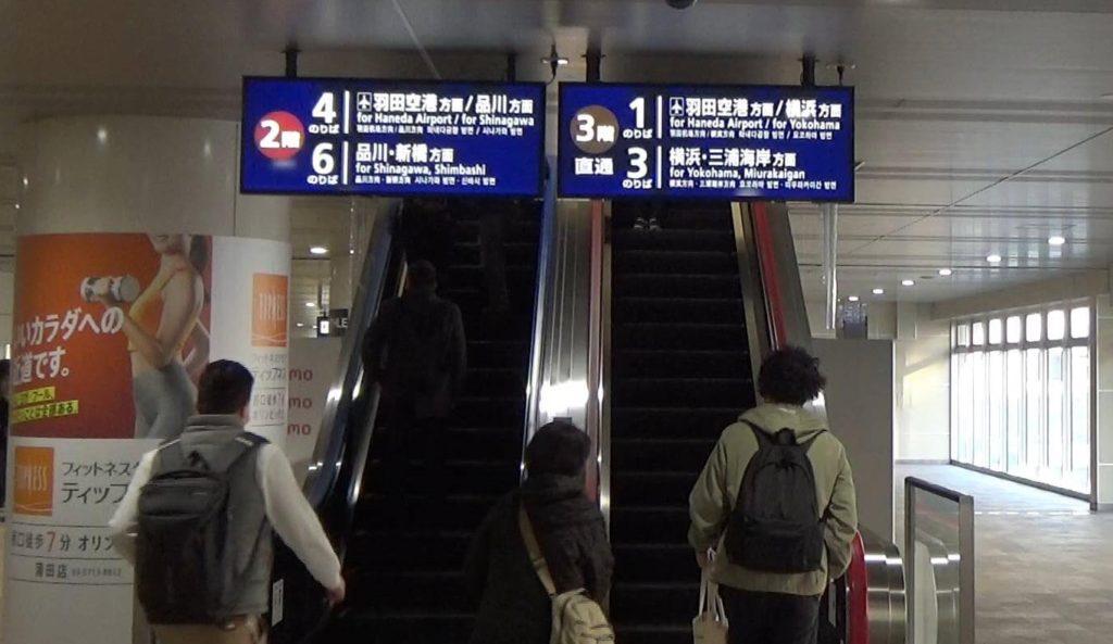 2階と3階に分かれるエスカレーター