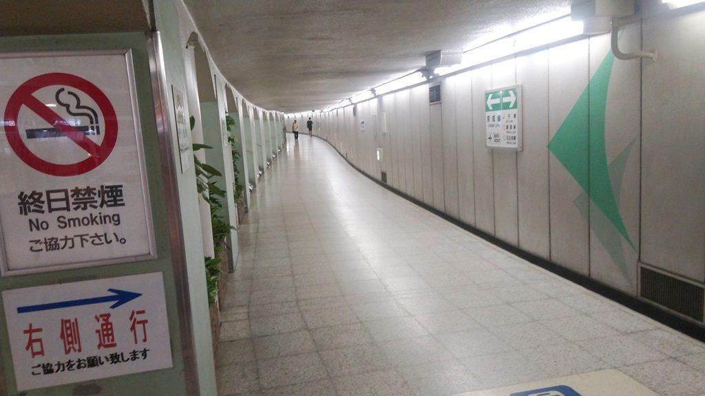 京成上野方面ボロ通路