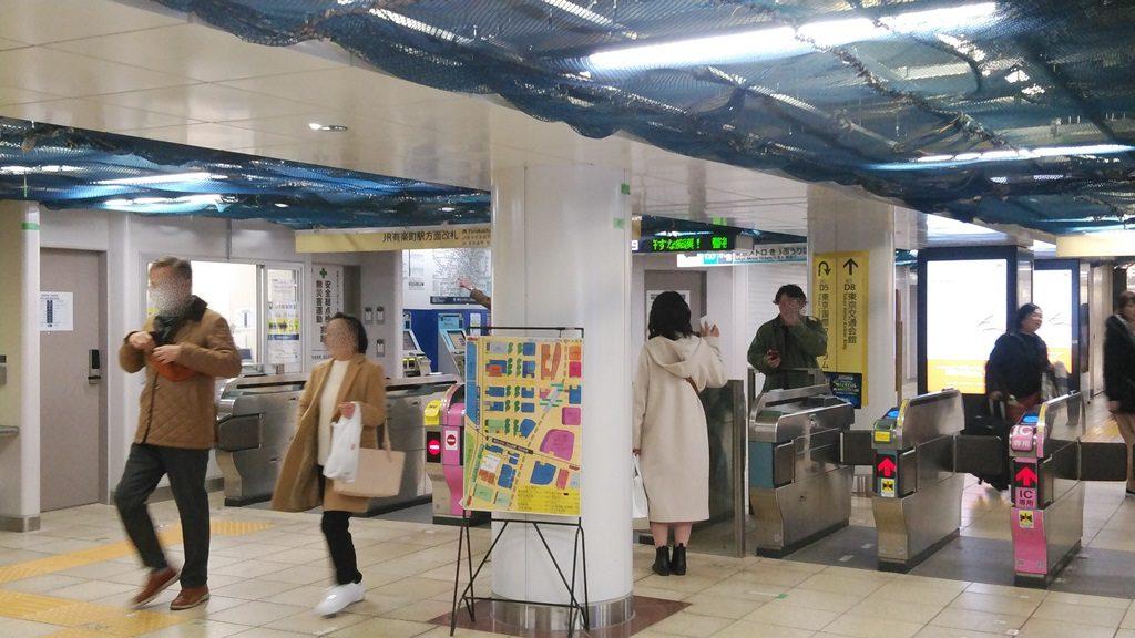 JR有楽町駅方面改札を出る