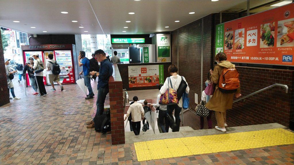 西武新宿からサブナード下り階段