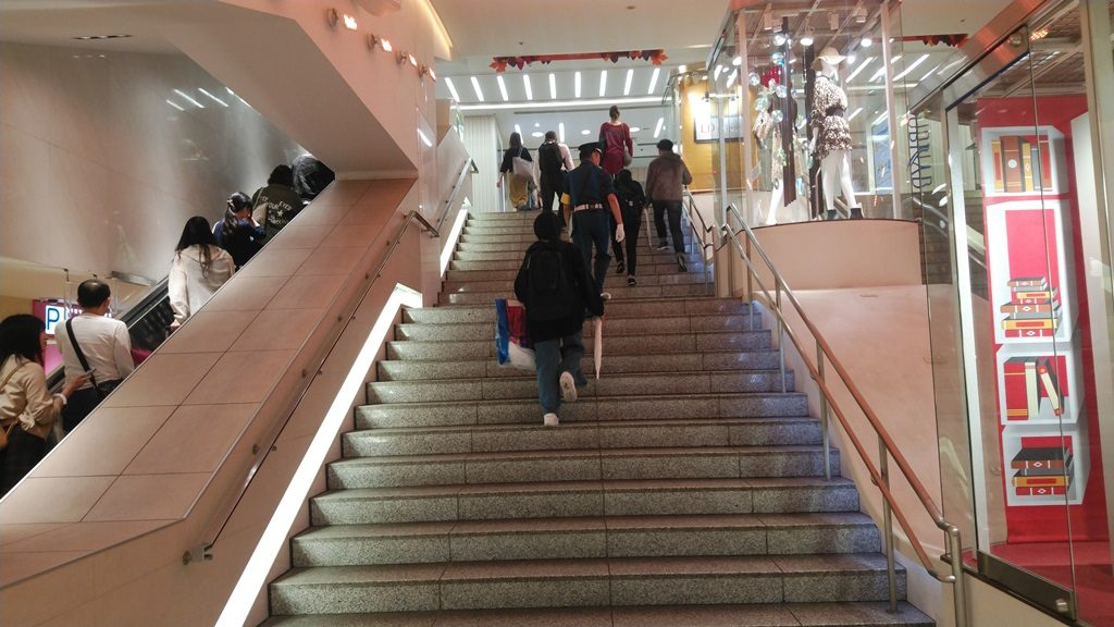 西武新宿からサブナード最後の階段