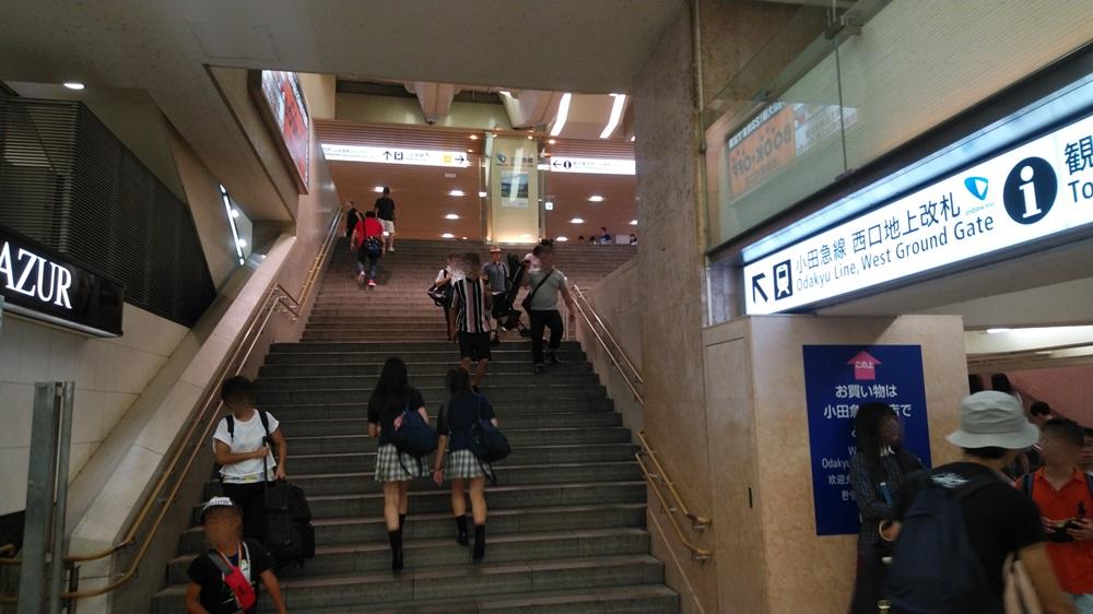 小田急線西口地上改札方面階段