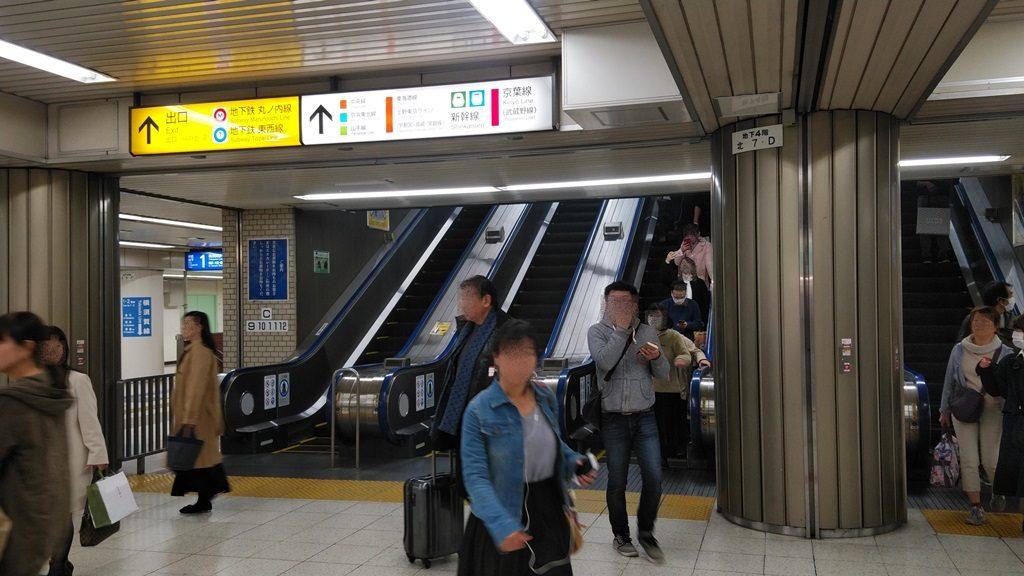 横須賀線出口方面エスカレーター