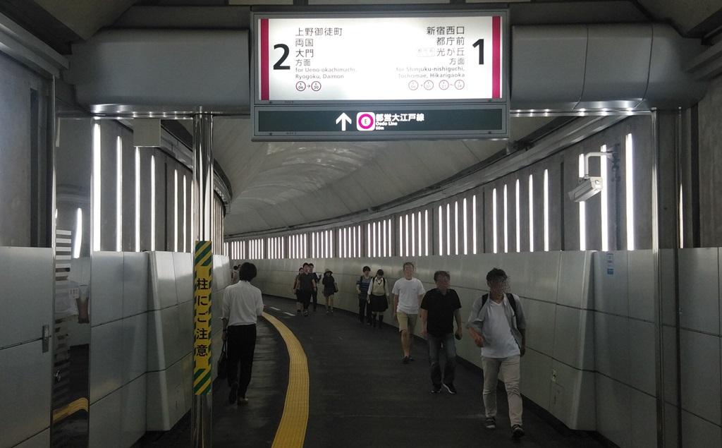 大江戸線改札からホーム2
