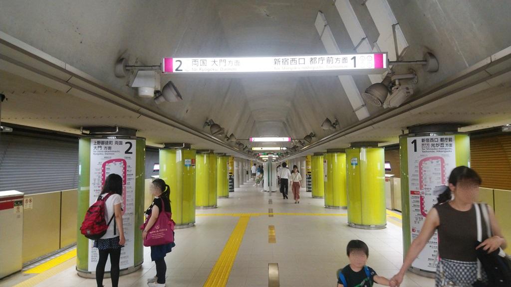 大江戸線改札からホーム3