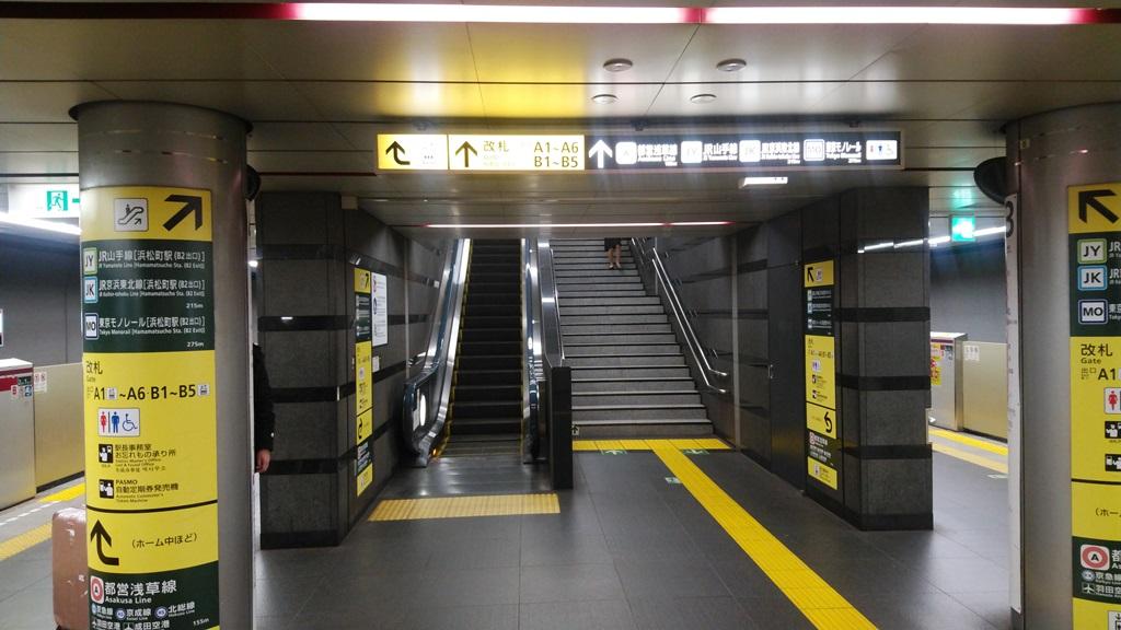 大江戸線から大門改札1
