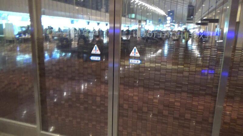 ドアの向こうは空港