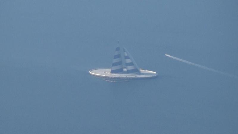 東京湾上に浮かぶ謎の物体